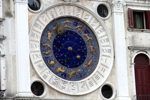 Wieviel Uhr? Mond? Sonne oder Tier ist es?