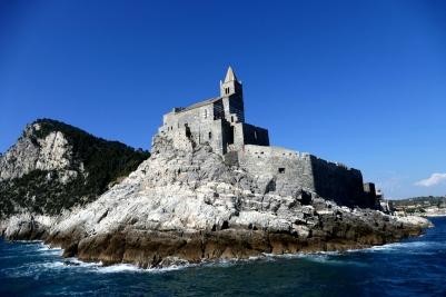 Kurz nach Abfahrt passiert man die Kirche San Pietro
