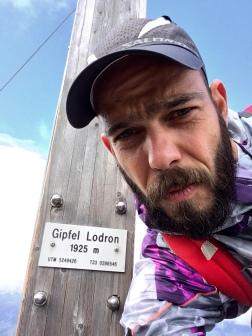 ...und begrüßt einen am Gipfel des Lodrons...