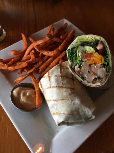 Yellow Tuna Fin Wrap mit Yum Fries - der Flying Otter Grill kann was!