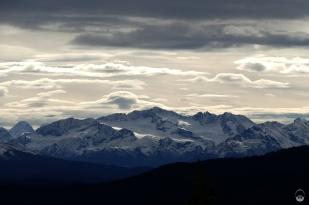 Mttlw. sind die Coast Mountains zum Greifen nahe.