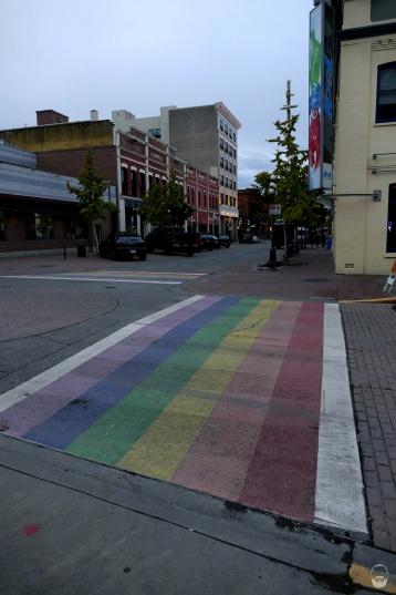 Gaypride-Zebrastreifen; gibts nicht nur in Victoria, auch in Vancouver hab ich aus dem Auto welche gesehen.