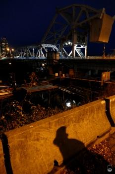 Am Leichenfundort bei der ehemaligen Eisenbahnbrücke legt der Zylinder-Führer eine Erzählpause ein.