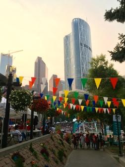 "...endet im völlig überfüllten ""Fillipino-Streetfestival""."