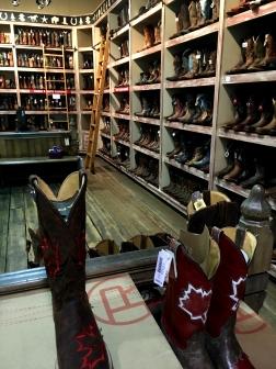 """...holen uns etwas Abkühlung und Ledergeruch im """"Soweit das Auge reicht - Cowboy-Stiefel""""-Laden."""