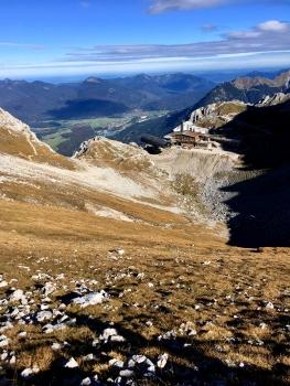 Der Blick vom Einstieg zurück zur markanten Bergstation der Karwendelbahn.