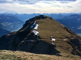 Blick vom Sagzahn zum vorderen Sonnwendjoch .
