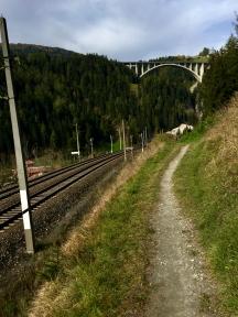 Vom Parkplatz aus, geht es zurück in Richtung Brenner-Autobahn.