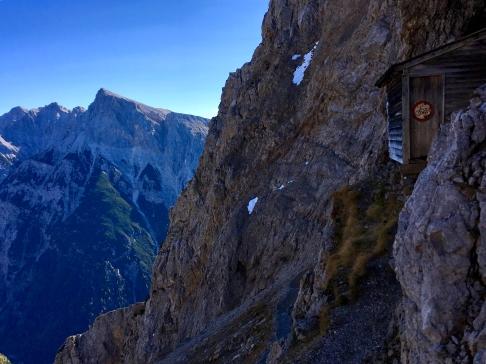 Radfahren verboten - im Hintergrund das kleine Felsband des Sulzleklammspitze-Einstiegs.