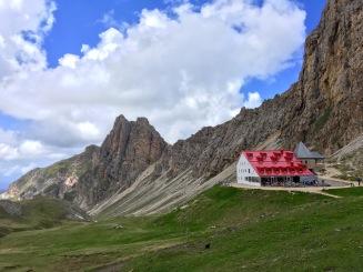 """Zuvor mehr """"Suchbild"""" - jetzt klar zu erkennen, die Tierser Alpe Hütte."""