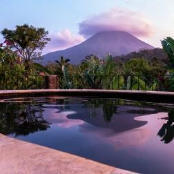 Im Hotel heißts dann Sundowner im Vulkanwasser-Pool.